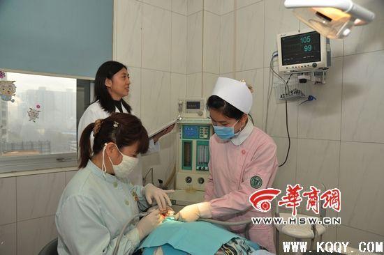 孩子边看电影边治牙――四军大口腔医院无痛技术